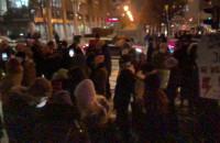 Protestujący skandują pod biurem PiS
