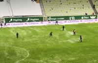 Walka z zimą i śniegiem na boisku w Gdańsku