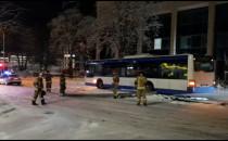 Skutki uderzenia autobusu w latarnię w Gdyni
