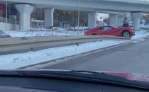 Sportowe auto wylądowało na balustradzie