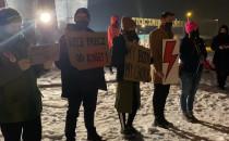"""Protestujący skandują """"Rewolucja jest..."""