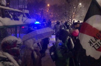 Skandujący protestujący pod siedzibą TVP