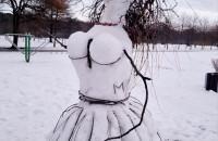 Rzeźby ze śniegu. Pani Bałwanowa w parku Reagana