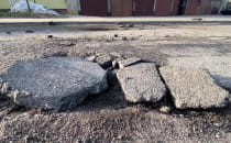 Droga w Gdyni: wyrwa na pół metra i coraz...
