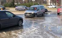 Woda na ulicy przy Obrońców Wybrzeża