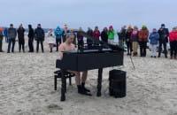 Ice Piano Man na plaży w Sopocie