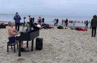 Koncert pianisty i morsowanie na plaży w Sopocie