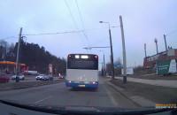 Autobus skręcając, zepchnął auto na krawężnik