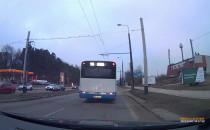 Autobus skręcając zepchnął auto na krawężnik
