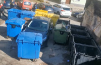Ekskluzywny garaż między śmietnikami