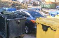 Zrobił sobie garaż między śmietnikami. Dostał nauczkę