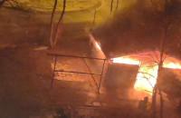 Strażacy gaszą pożar śmietnika na Zaspie