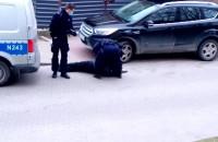 Policjanci skuwają awanturującego się mężczyznę