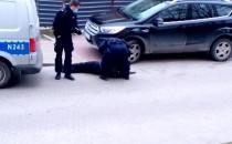 Policjanci skuwają awanturującego się...