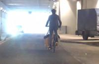 Przejażdżka rowerowa z dzieckiem tunelem pod Forum Gdańsk