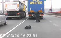 Jechał pod podwoziem ciężarówki?