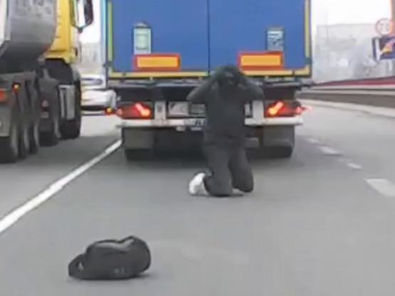 Jechał pod podwoziem ciężarówki