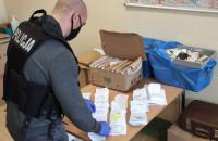 Policja zatrzymała lekarza i farmaceutę podejrzanych o oszustwa