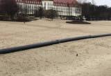 Wielkie rury na plaży w Sopocie