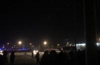 Kibice w asyście policji przeszli pod stadionem
