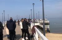 Spacerowicze korzystają z pogody na plaży w Brzeźnie