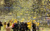 Koszykarki odbierają trofeum i cieszą się...