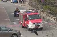 Quad i dwa wozy straży pożarnej jadą na akcję
