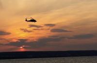 Śmigłowiec Blackhawk o zachodzie słońca