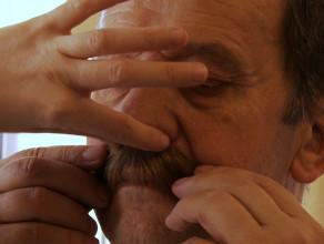 Marszałek zakłada brwi i wąsy