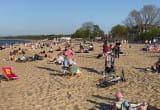 Tłum w Brzeźnie i pierwsza kąpiel