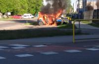 Płonący samochód w Gdyni przy Puckiej