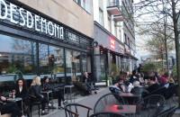 Sporo ludzi w ogródkach gastro w centrum Gdyni