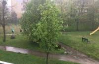 Dzieciaki uciekają przed deszczem