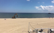 Demontują rury na plaży