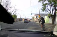 Rowerem na skuśkę przez skrzyżowanie