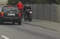 Korek, więc motocyklem po chodniku...