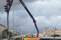 Dźwig podtrzymuje sygnalizator w centrum Wrzeszcza