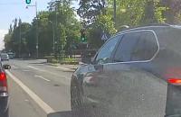 Cwaniak z BMW ścina skrzyżowanie