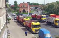 Ciężarówki blokują parking przy Długich Ogrodach