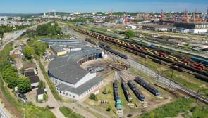 Lokomotywownia wachlarzowa z obrotnicą na bocznicy kolejowej w Gdyni