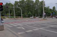Samochody nie jadą, a piesi czekają przy UM w Gdyni