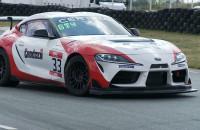 Sportowe Toyoty na torze wyścigowym