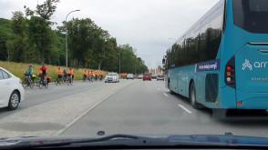 Policja eskortuje rowerzystów na Trakcie św. Wojciecha
