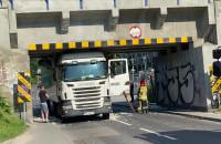 Usuwanie skutków uderzenia ciężarówki w wiadukt