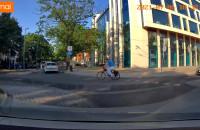 Rower odważnie wjeżdża na rondo