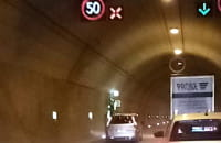 Zamknięty pas w tunelu, a auta jadą