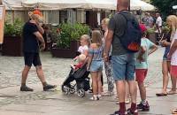 Mężczyzna z sową w centrum Gdańska