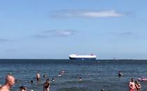 Wielki prom wypływa na zatokę