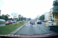 Mazda jedzie na czerwonym