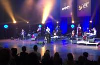 Publiczność śpiewa i tańczy z Celińską